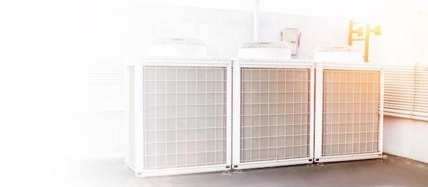 El compresor de la unidad exterior de aire acondicionado se instala fuera del edificio.