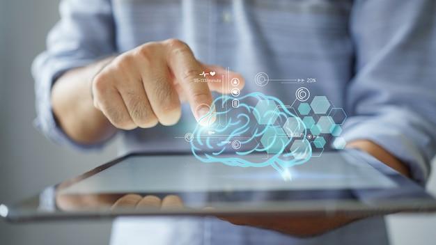 Comprobación del cerebro. conexión de red y atención médica en tableta