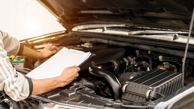 Comprobación mecánica del motor de un coche de concepto de mantenimiento