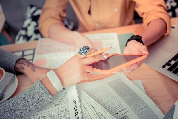 Comprobación de pruebas en línea. estudiantes preparándose para la prueba con la nueva aplicación móvil
