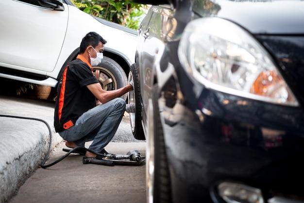 Comprobación del sistema de frenos del automóvil en el garaje