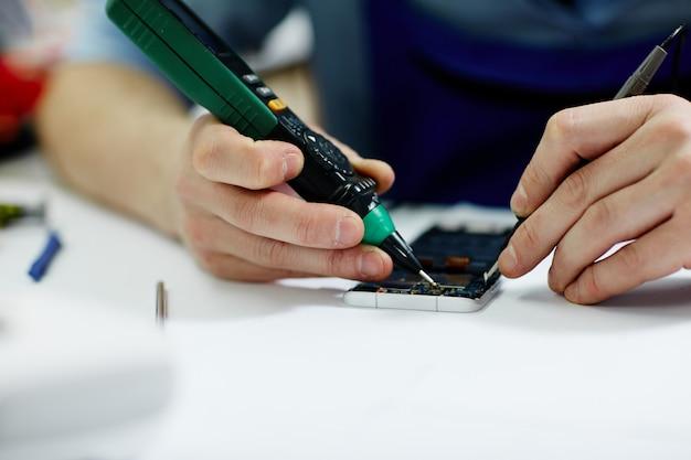 Comprobación de voltaje en dispositivo móvil
