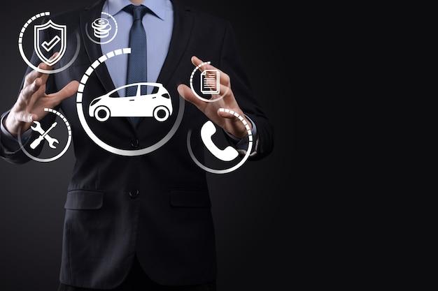 Compuesto digital de hombre sujetando el icono del coche. seguro de automóvil y concepto de servicios de automóvil. hombre de negocios con gesto de oferta e icono de coche