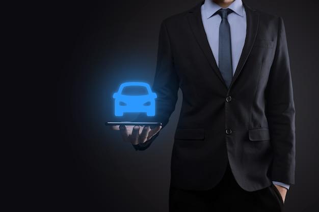 Compuesto digital de hombre sujetando el icono del coche. seguro de automóvil y concepto de servicios de automóvil.