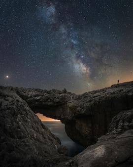 Compuesto de scape nocturno en la playa dentro del parque natural de la costa sur de españa