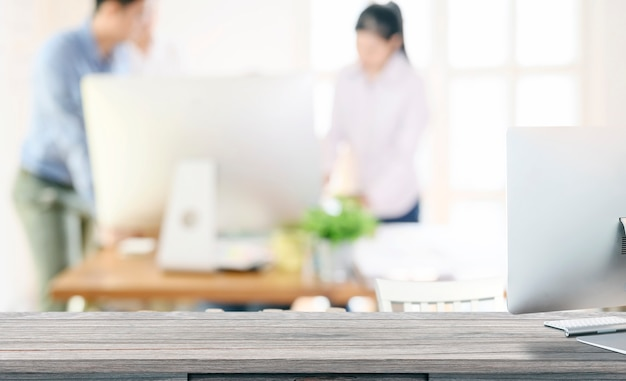 Computadora de escritorio de la maqueta en la tabla de madera con el espacio de la copia.