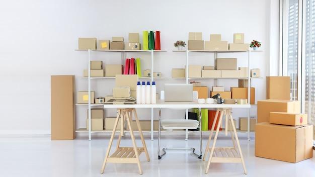 Computadora en la mesa de trabajo de madera con fondo de caja de producto de paquete con espacio libre de copia.