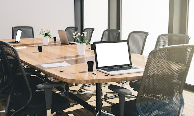 Computadora de pantalla blanca y algunas cosas de oficina en el escritorio de una sala de conferencias