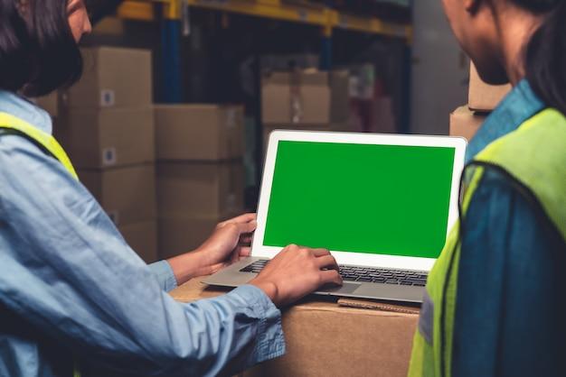 Computadora con pantalla verde en almacén