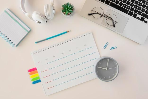 Computadora portátil y calendario de escritorio de vista superior