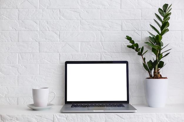 Computadora portátil para investigar ideas de mejoras para el hogar. imagen de la pantalla