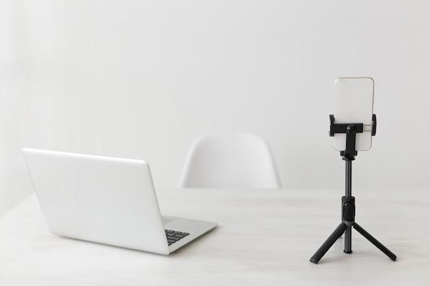 Computadora portátil de oficina minimalista y teléfono móvil