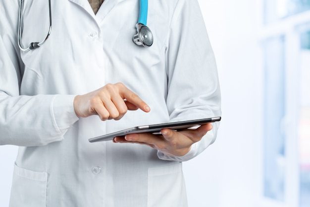 Computadora tablet en manos del doctor.