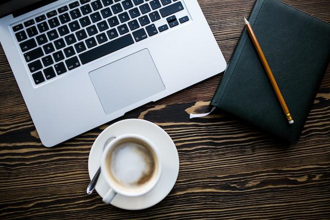 Computadora y café