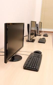 Computadoras en mesas en la habitación