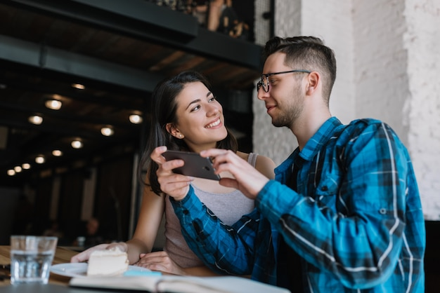 Comunicación de amigos juntos en la cafetería