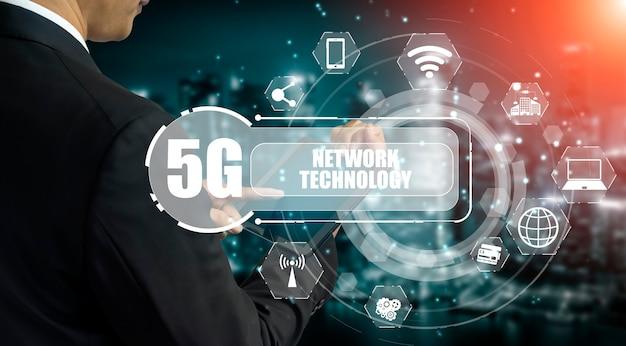 Comunicación avanzada y conexión de red global a internet en ciudad inteligente