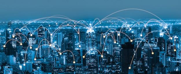 Comunicación creativa moderna y conexión a la red de internet en ciudad inteligente