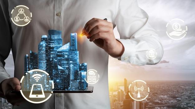 La comunicación creativa moderna y la red de internet se conectan en la ciudad inteligente.