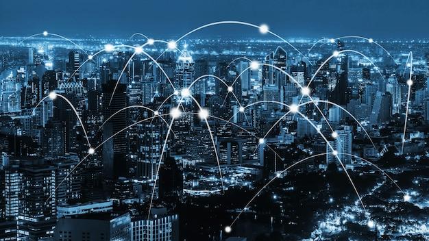 La comunicación creativa moderna y la red de internet se conectan en la ciudad inteligente