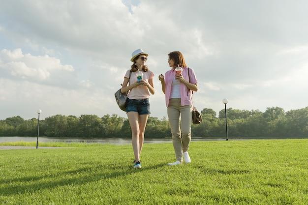 Comunicación de padres y adolescentes. madre está hablando con su hija adolescente