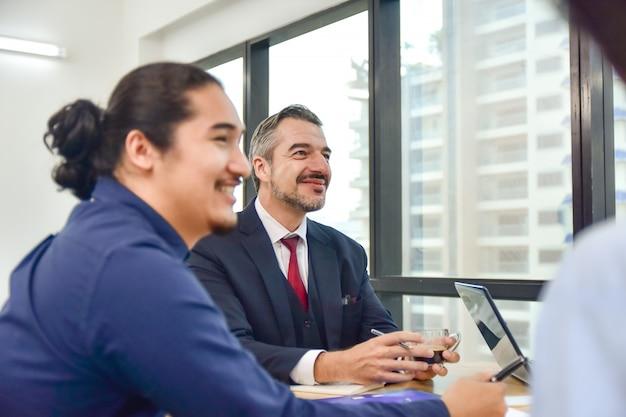 Comunicación profesional de la reunión de trabajo en equipo de negocios al grupo de trabajo corporativo
