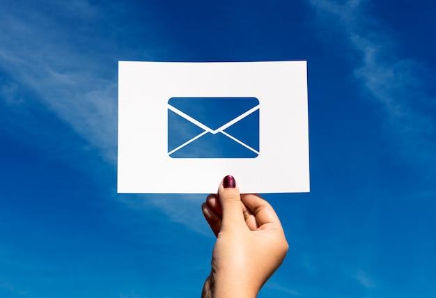 Comunicación de red de correo electrónico perforada carta en papel