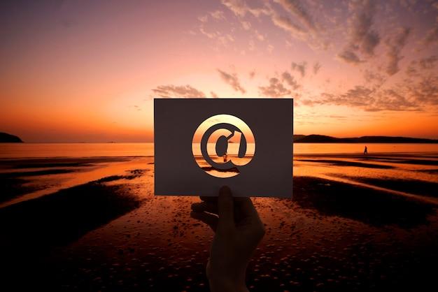 Comunicación de red de correo electrónico perforada en papel al inicio