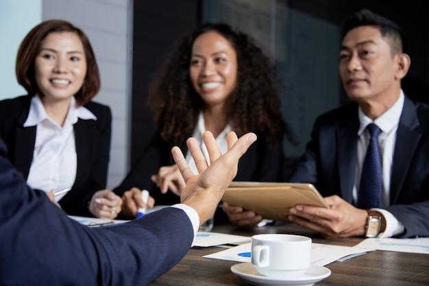 Comunicando a empresarios en una reunión
