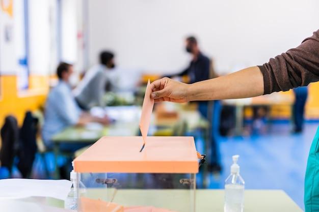 Comunidad autónoma de madrid elecciones democracia referéndum para el voto del gobierno mano ...