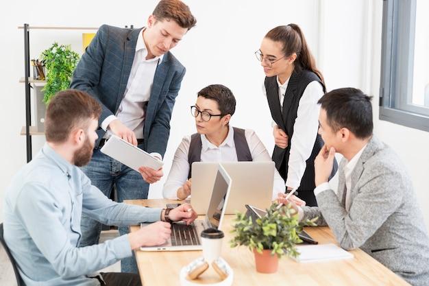 Comunidad de emprendedores trabajando juntos