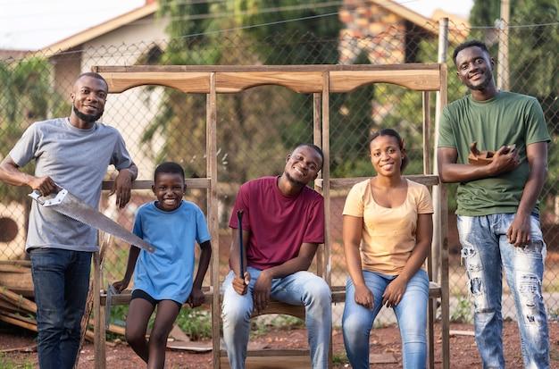 Comunidad feliz posando juntos plano medio