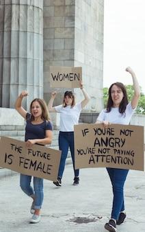 Comunidad femenina marchando por la igualdad de derechos
