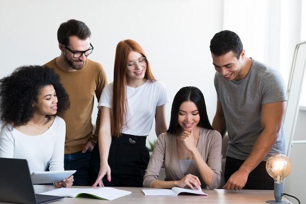 Comunidad de jóvenes positivos trabajando juntos.