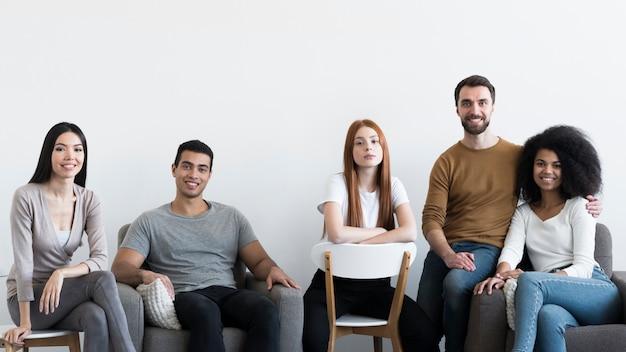 Comunidad de jóvenes relajándose juntos