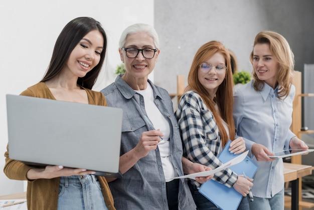 Comunidad de mujeres hermosas trabajando juntas