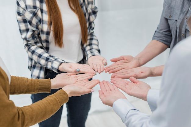 Comunidad de mujeres juntas en primer plano