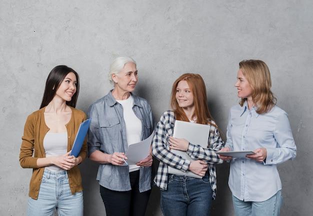 Comunidad de mujeres planeando juntas
