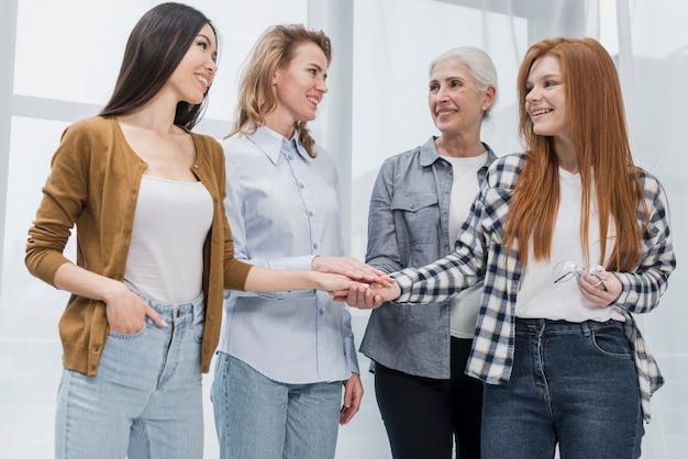 Comunidad de mujeres reunidas