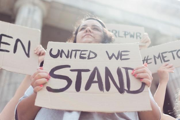 Comunidad de mujeres unidas en manifestación