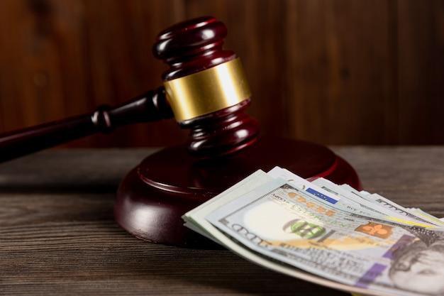 Concepto de abogado y abogado. mazo de juez de madera y dólares sobre la mesa.