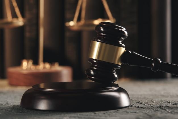 Concepto de abogado y notario. martillo de madera sobre la mesa.