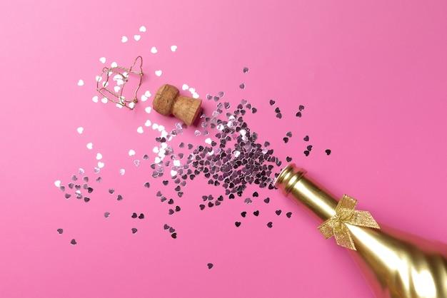 Concepto de abrir una costosa botella de champán dorado dedicada a la celebración