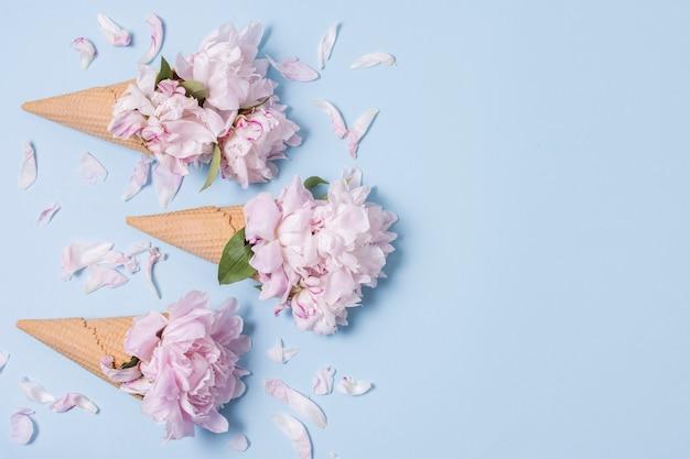 Concepto abstracto helado con flores y espacio de copia