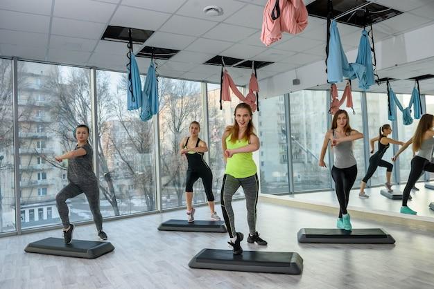 Concepto de actividad y vida saludable en el gimnasio.