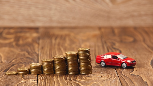 Concepto de acumulación en el automóvil, la escalera de monedas que conduce a la meta.