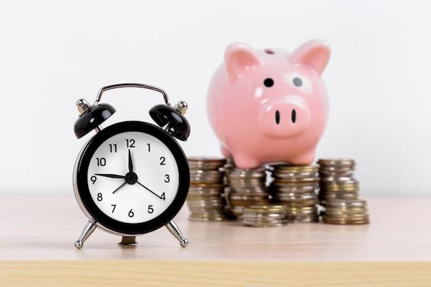 Concepto de acumulación de dinero. dinero y hucha