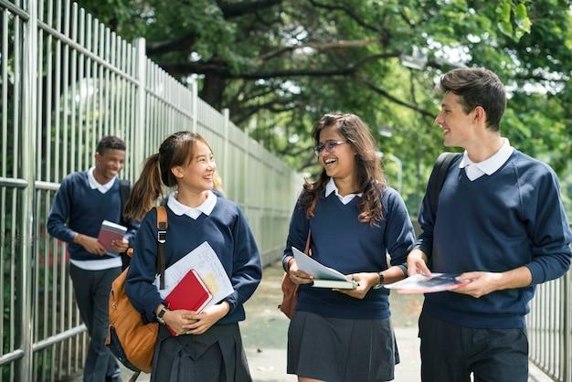 Concepto adolescente del estudio del libro de la universidad del libro uniforme del estudiante
