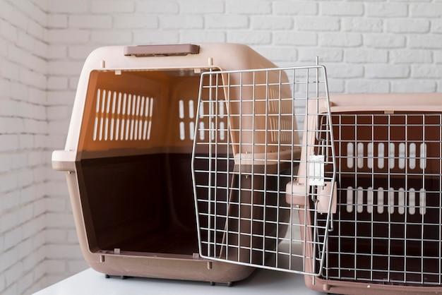 Concepto de adopción de mascotas con perreras.