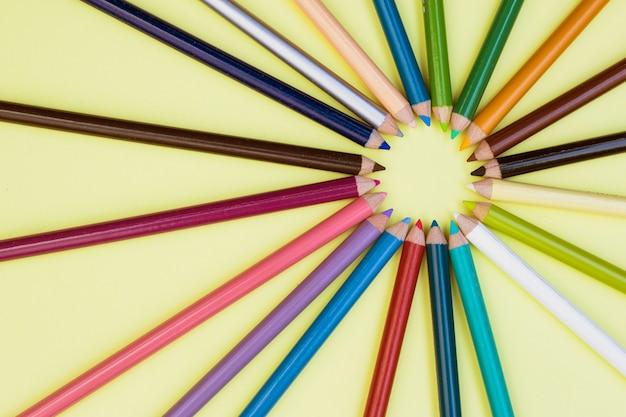 Concepto adorable de artista con lápices de colores
